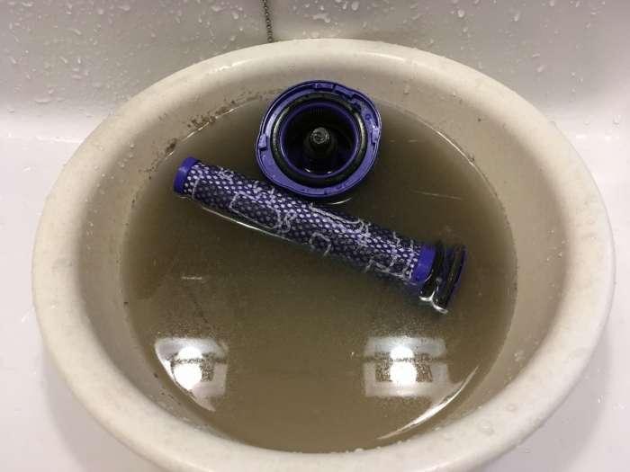 ダイソンの掃除機のフィルターを水で丸洗うする様子