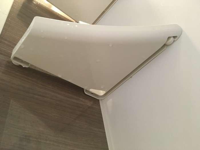 浴室コーナー棚を下から見た写真